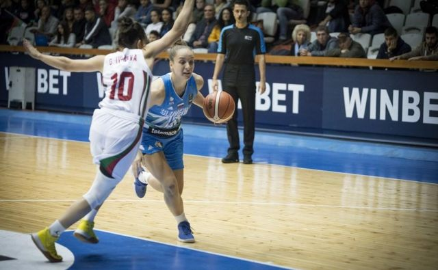Zala Friškovec (z žogo) so dosegle drugo zmago v kvalifikacijah. FOTO: FIBA