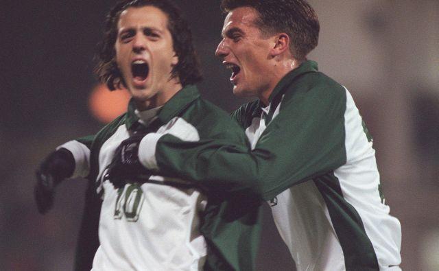Na stadionu za Bežigradom (pogrešamo ga!) je v 53. minuti proti Ukrajini najprej zadel Zlatko Zahovič (levo), točno pol ure pozneje pa še Mile Ačimović (desno). In navijaška Slovenija je ponorela ... FOTO: Jure Eržen