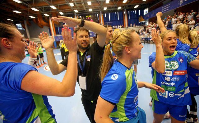 Slovenke so si nastop na svetovnem prvenstvu priigrale z zanesljivima zmagama proti Severnim Makedonkam. FOTO: Tomi Lombar