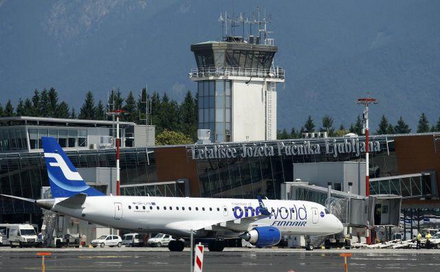 Država, ki je pred kratkim izgubila svojega nacionalnega letalskega prevoznika, bo razglasila vertikalno zračno suverenost do višine, do katere je še možno opravljati aktivnosti v civilnem letalstvu. Foto Blaž� Samec