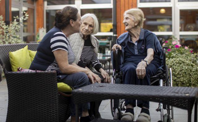 V družbi se prepletajo življenja starejših in novih generacij. Foto Voranc Vogel