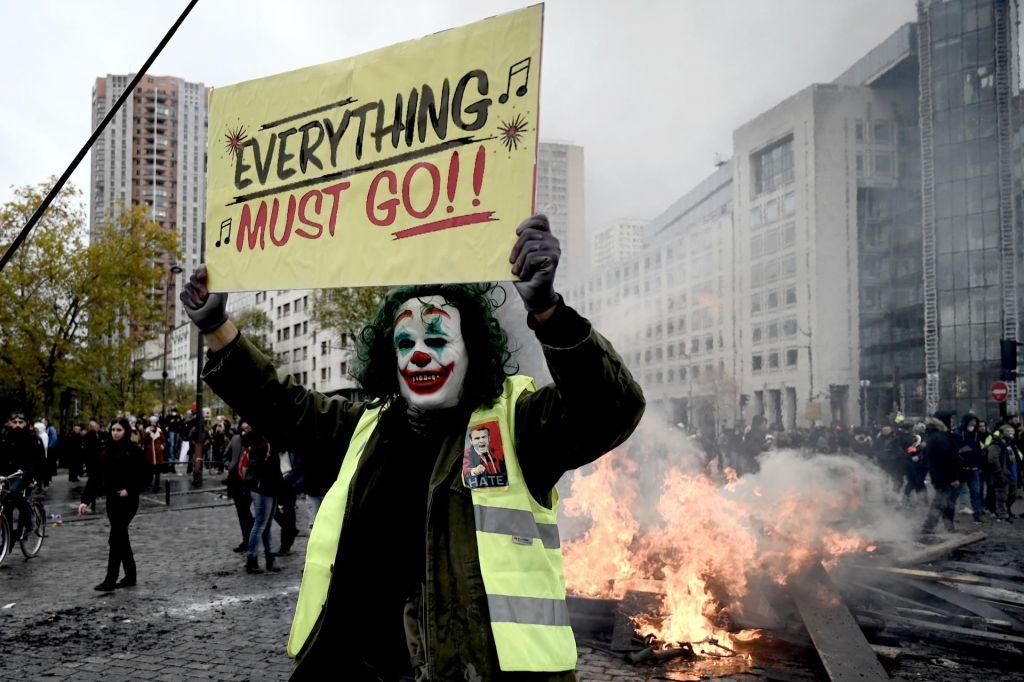 FOTO:Ob obletnici gibanja rumenih jopičev napetosti med protestniki in policijo