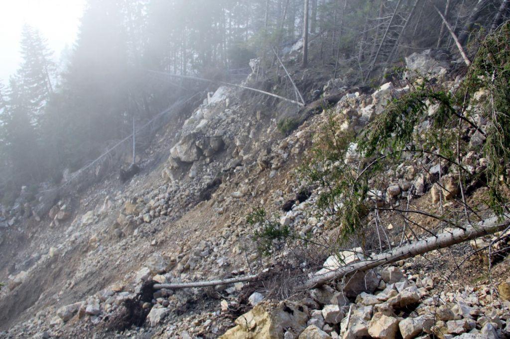 Na območju Črne močan veter in plazovi, ogrožena ena hiša