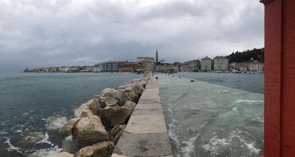 FOTO:Morje poplavilo v Izoli in Piranu, a brez hujših posledic; na zahodu možni močnejši krajevni nalivi