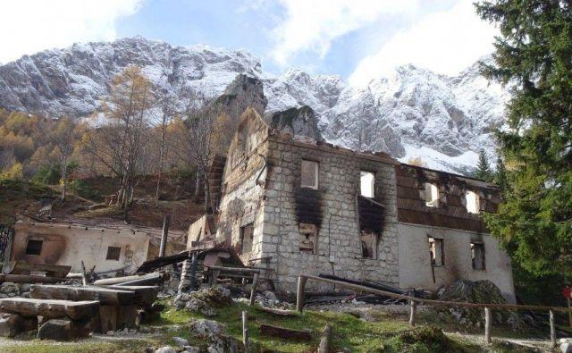 Od Frischaufovega doma na Okrešlju so ostali le razpadajoči zidovi. FOTO: Brane Povše