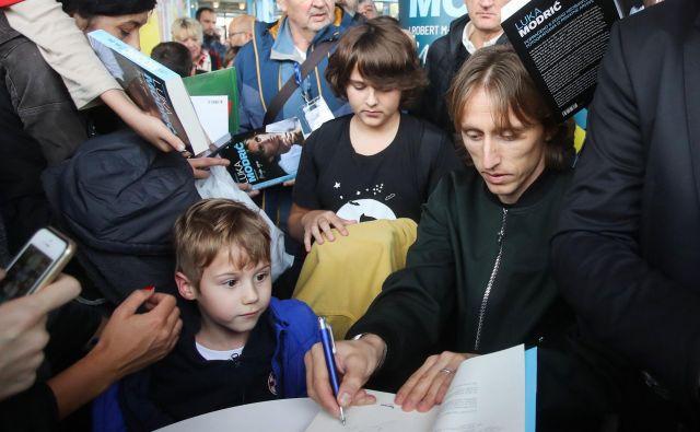 Luka Modrić je na predstavitvi knjige delil tudi podpise. FOTO: AFP