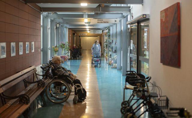 Konkretnejših ukrepov, kako deficitarne poklice pri oskrbi starejših narediti privlačnejše, na ravni ministrstev ni. Foto Voranc Vogel