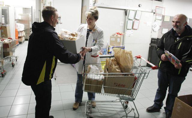 Prostovoljci hrano pobirajo v 27 mestih iz trgovin vseh največjih trgovskih verig in jo še isti ali naslednji dan razdelijo pomoči potrebnim. FOTO: Leon Vidic