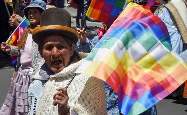 Na ulice so šli so Moralesovi nasprotniki in podporniki, po družbenih omrežjih pa krožijo posnetki nasilnega ravnanja pripadnikov varnostnih sil. FOTO: AFP