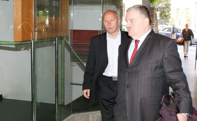 Komandir Bogdan Brezovnik (levo) izredno odpoved izodbija na sodišču. FOTO: Marko Feist