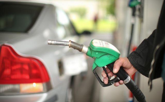 Neosvinčen 95-oktanski bencin se bo podražil za 1,7 centa na 1,293 evra za liter. Cena dizelskega goriva bo v prihodnjih dveh tednih višja za 0,4 centa in bo znašala 1,258 evra. FOTO: Jure Eržen/Delo