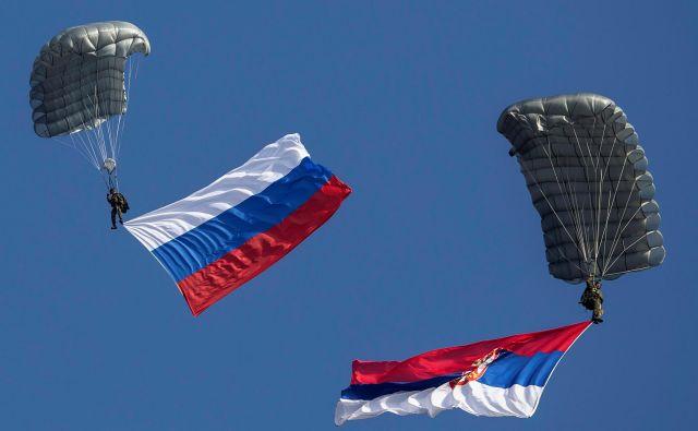 Padalca, ruska in srbska zastava Foto Reuters