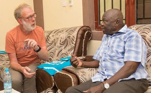 Bernd Göken v pogovoru s predsednikom sudanske ljudske osvobodilne vojske (SPLA sever) Abdelazizom al-Hilom. FOTO: Jürgen Escher/Cap Anamur