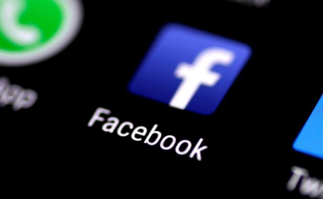 FILE PHOTO: The Facebook application is seen on a phone screen August 3, 2017. REUTERS/Thomas White/File Photo Foto Thomas White Reuters
