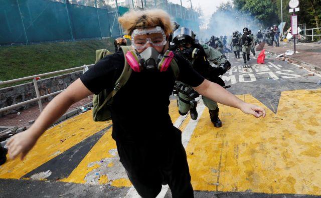 Politehnična univerza v HongkoEmbeddingsngu je glavno prizorišče, na katerem še traja boj med študenti in policijo. Foto Reuters