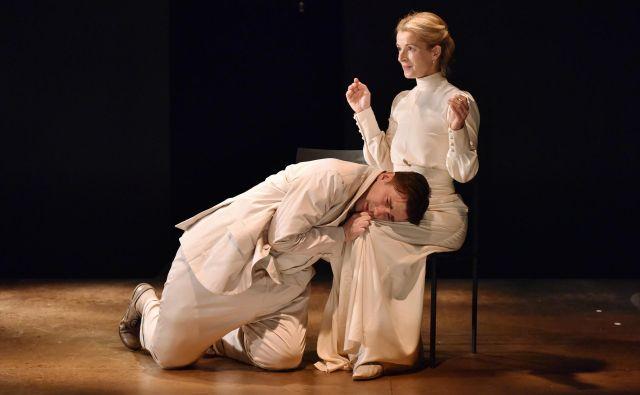 Izvrstna igra Maše Derganc v predstavi Alice v postelji. Foto Peter Uhan