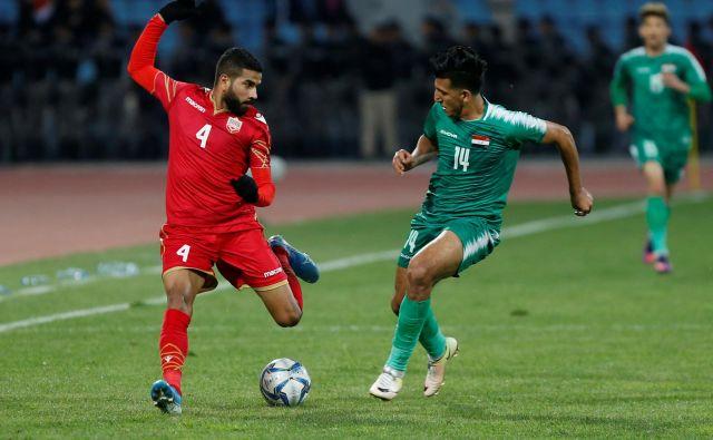 Iračani so se z reprezentanco Bahrajna razšli brez golov. Na fotografiji Sayed Saeed iz Bahrajna z Iračanom Amjedom Attwanom. FOTO: Reuters