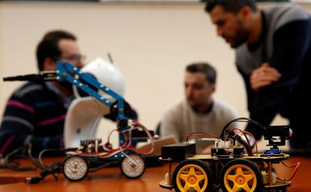 Roboti, ki jih usmerja umetna inteligenca, lahko samostojno izvajajo različne naloge - in nadomestijo tudi zaposlene ljudi. FOTO: Reuters