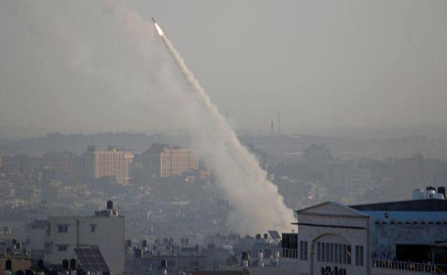 Sredi novembra se je nad Gazo odprlo nebo, eksplozije so sledile druga drugi. FOTO: Mohammed Salem/Reuters