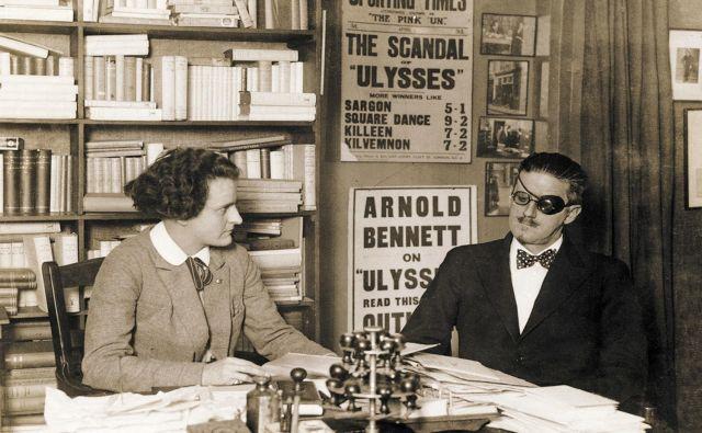 Sylvia Beach in James Joyce: Je to veliki James Joyce, naj bi ga sramežljivo vprašala. Jaz sem Sylvia. Samo Mr. Joyce, brez veliki, je dejal in položil »nežno roko kot brez kosti v njeno malo dlan«.<br /> Foto: Knjiga Sylvia Beach And The Lost Generation