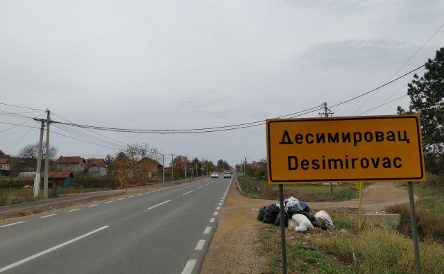 Ulica v Desimirovcu, ki je dobila ime po Draži Mihailoviću, je pravzaprav vaška cesta, dolga kak kilometer, ob njej so redko posejane hiše z okoli 60 prebivalci. FOTO: Milena Zupanič
