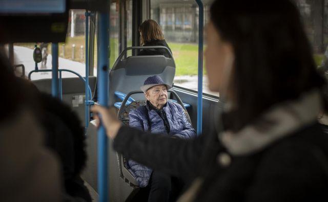 Če bo medkrajevni promet za starejše na primer iz Medvod v Šiško brezplačen, bodo potniki na plačljivih mestnih avtobusih med Šentvidom in Šiško na pol krajši razdalji na slabšem. FOTO: Voranc Vogel/Delo