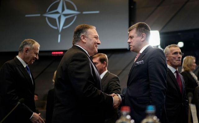 Ob prihodu na srečanje Nata v Buslju se državni sekretar ZDA Mike Pompeo (levo) rokuje s češkim zunanjim ministrom Tomášem Petříčekom. Foto Afp