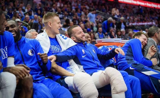 Po izjemni igri v prvem polčasu je Luka Dončić užival v zasluženem počitku in zabavi s soigralci na klopi. FOTO: USA Today Sports
