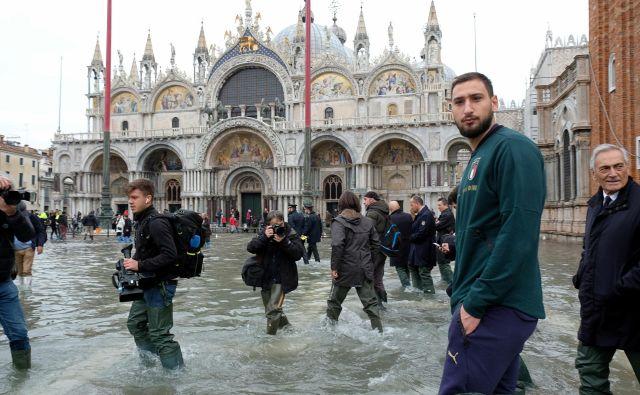 Benetke je v nedeljo že tretjič preplavilo morje. Trg svetega Marka je bil zaprt, »acqua alta« je dosegla meter in pol. FOTO: Manuel Silvestri/Reuters