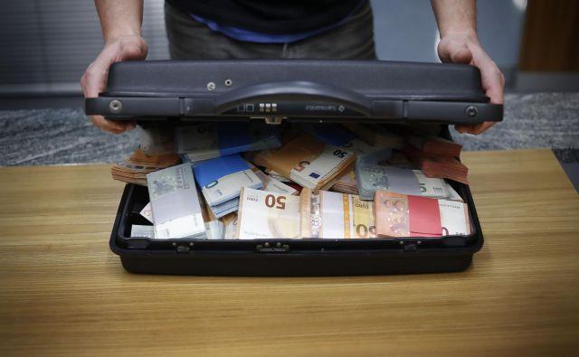 Slovenija zaradi korupcije izgubi 3,5 milijarde evrov na leto. FOTO Leon Vidic/Delo