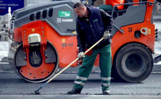 Ker je KPL odvisen od javnih naročil, naj bi prepoved sodelovanja v javnih naročilih privedla v odpuščanje delavcev in propad družbe. FOTO: Roman Šipić/Delo