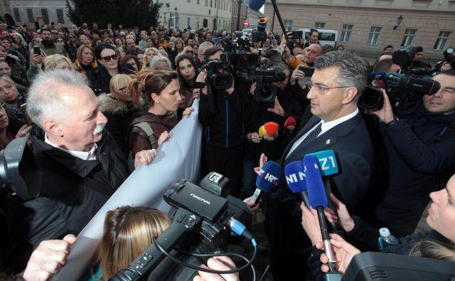 Učitelji osnovnih in srednjih šol so napovedali, da bodo vztrajali do izpolnitve zahtev. FOTO: Damjan Tadić/Cropix