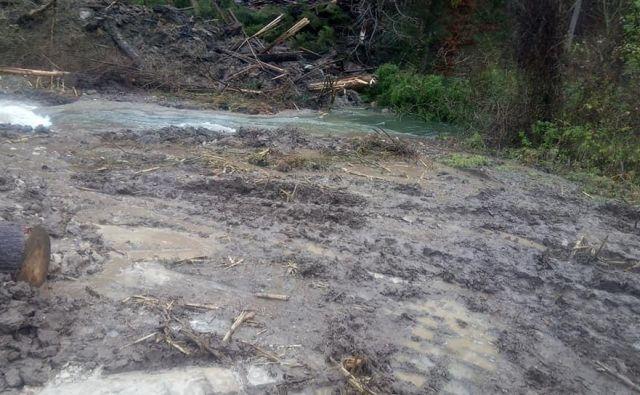 Voda se je razlila po travnikih in začela ogrožati bližnje stanovanjske hiše. Z delovnim strojem so uspeli reko preusmeriti v strugo. FOTO: PGD Podgorje/Facebook