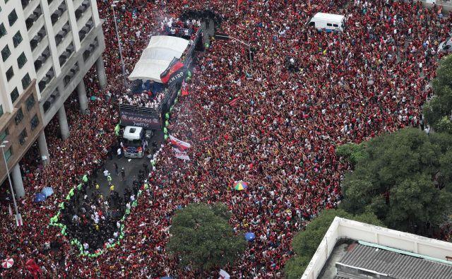 Na stotine tisočev privržencev Flamenga se je zgrnilo na ulice Ria de Janiera, da so pozdravili zmagovalce pokala Libertadores. FOTO: Reuters