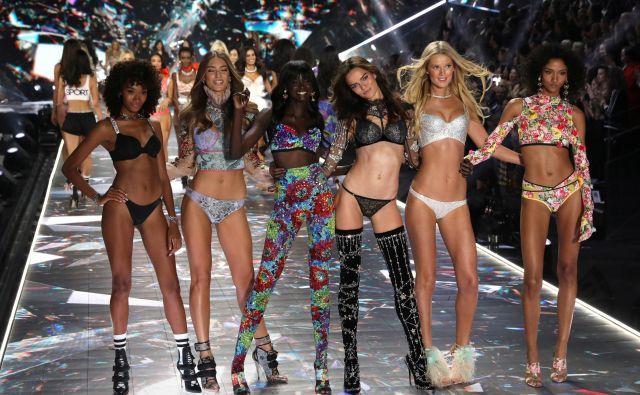 Na modni reviji so debitirale številne slavne manekenke, kot so Tyra Banks, Heidi Klum in Miranda Kerr.FOTO: Mike Segar/Reuters