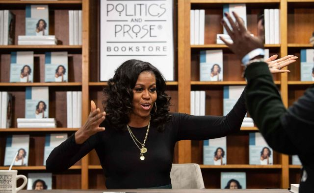 """Former US first lady Michelle Obama meets with fans during a book signing on the first anniversary of the launch of her memoir """"Becoming"""" at the Politics and Prose bookstore in Washington, DC, on November 18, 2019. (Photo by NICHOLAS KAMM / AFP) Foto Nicholas Kamm Afp"""