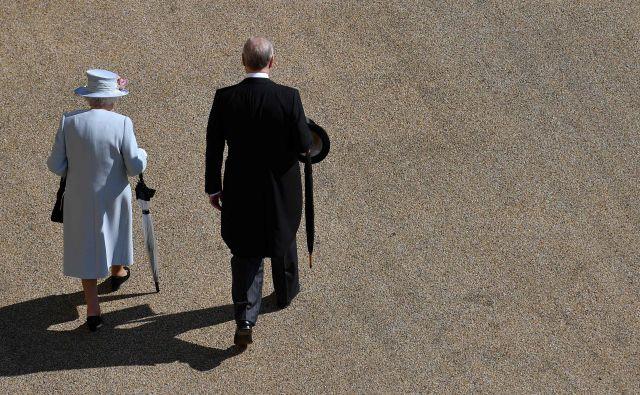 Posledice po nedeljskem intervjuju z novinarko BBC Emily Maitlis so bile za princa Andrewa in monarhijo prelomne, po mnenju nekaterih komentatorjev brez primere od abdikacije kralja Edvarda leta 1936. Foto AFP