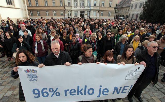 Predsednik Neodvisnega sindikata zaposlenih v srednjih šolahBranimir Mihalinec (drugi z leve) je ocenil, da lahko samo bolni um pomisli na to, da za njimi stoji politika. FOTO: Damjan Tadić/Cropix