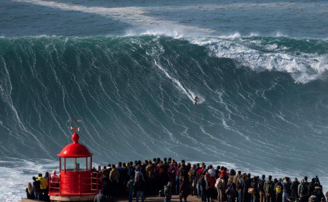 V portugalskem Nazareju se najpogumnejši jezdeci valov spopadajo z gromozanskimi 15-20 metrskimi valovi. FOTO: Olivier Morin/Afp