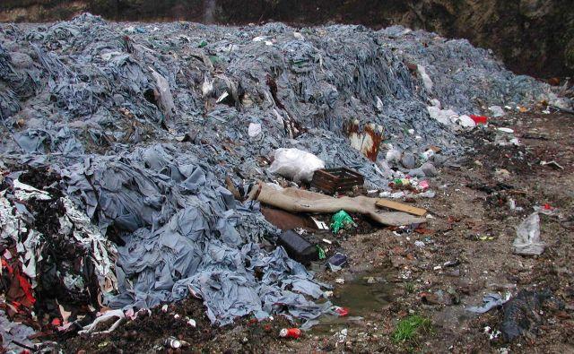 Usnjarski odpadki so na deponiji prekriti z zemljo. FOTO: Bojan Rajšek/Delo