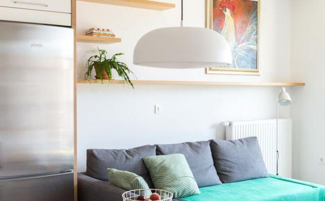 V arhitekturnem biroju Ropot so se lotili zasnove predsobe in bivalnega prostora, pri čemer so za shranjevalne in funkcionalne površine izbrali pohištvo po meri. Foto arhiv Ropot