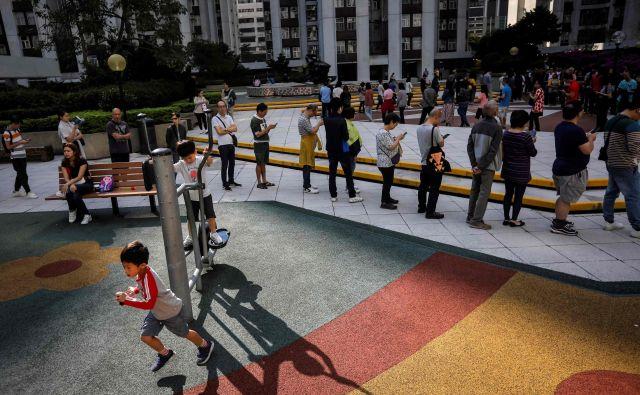 Pred glasovalnimi skrinjicami so se vile dolge vrste. Volilna udeležba je presegla 71 odstotkov. FOTO: AFP