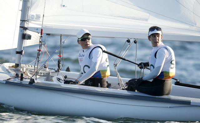 Tina Mrak in Veronika Macarol v jadralskem razredu 470 med olimpijskimi igrami v Riu De Janeiru. FOTO: Matej Družnik
