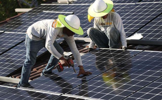 Avtorji kompetentno ugotavljajo, da je zanašanje na proizvodnjo električne energije iz obnovljivih virov iluzija. Foto AFP