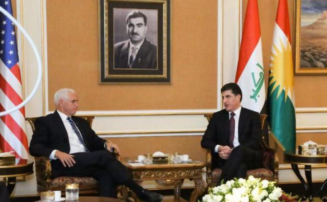 Ameriški podpredsednik Mike Pence se je na današnjem obisku v Iraku sestal s predsednikom iraškega Kurdistana Nechirvanom Barzanijem. FOTO: AFP