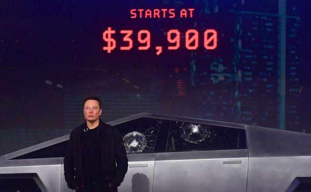 Elon Musk ob futurističnemu poltovornjaku. FOTO: Frederic J. Brown/AFP