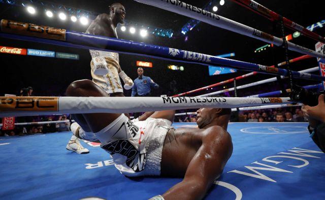 Deontay Wilder je takole malce pred koncem sedme runde nokavtiral Luisa Ortiza. FOTO: AFP