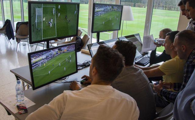 Slovenski nogometni sodniki so se že seznanili s protokolom in se že usposabljajo za sodnika VAR ter AVAR. FOTO: NZS