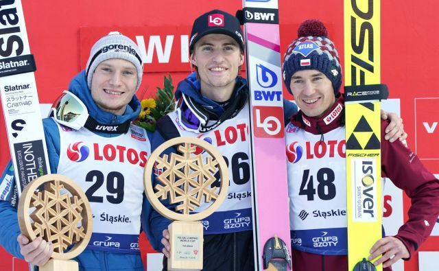 Anže Lanišek (levo) je v Visli zaostal le za norveškim zmagovalcem Danielom Andrejem Tandejem. Na odru za najboljše jima je družbo delal tretjeuvrščeni Poljak Kamil Stoch (desno). FOTO: AFP