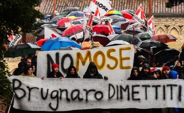 Protestniki so včeraj v Benetkah zahtevali opustitev projekta MOSE in odstop župana. FOTO: Miguel Medina/ Afp